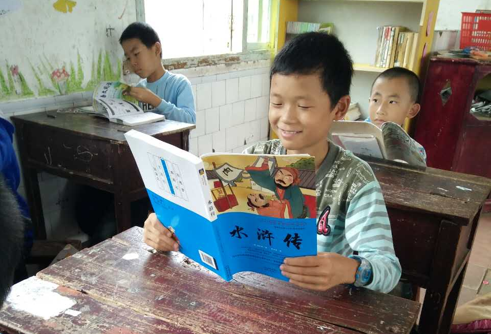 smile-kid-reading-xinzhou-school